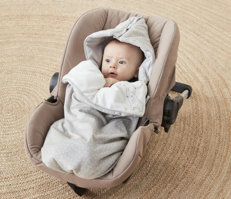 Bébé dans un cosy