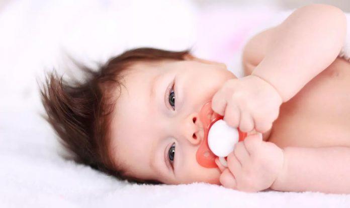 Bébé tétine