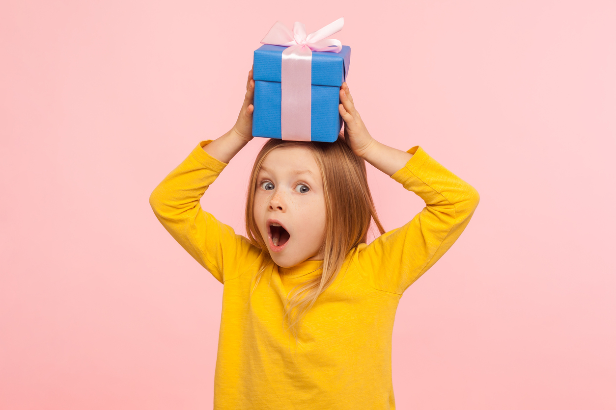 un enfant avec des cadeaux au mur
