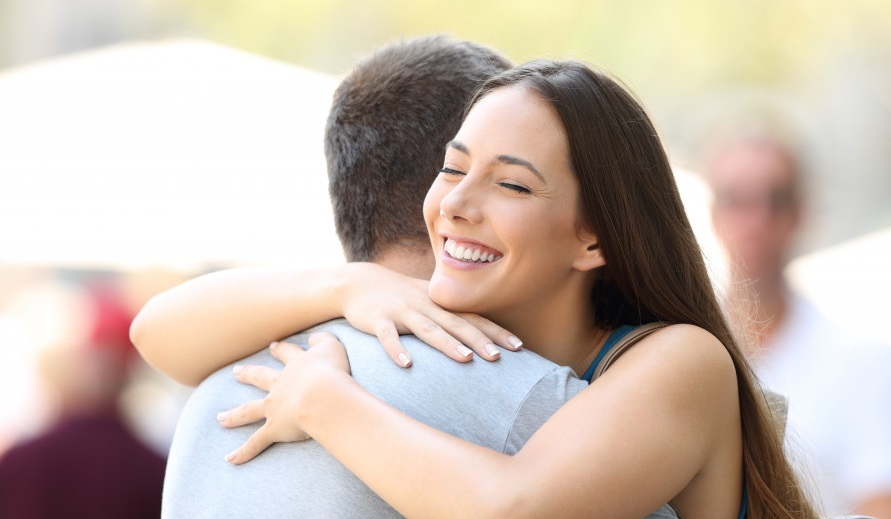 homme femme accolade calin sourire