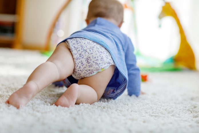 bébé à quatre pattes couche